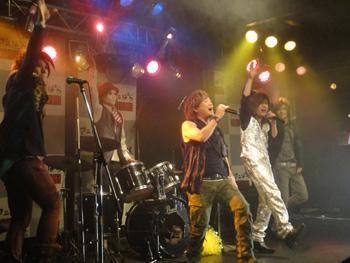 影山ヒロノブさんデビュー40周年ライブお祝いコメントにゴールデンボンバー!